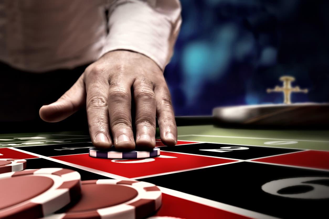 Hånd der placerer jetoner på Roulette bord